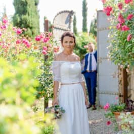 Braut im Rosengarten mit Bräutigam