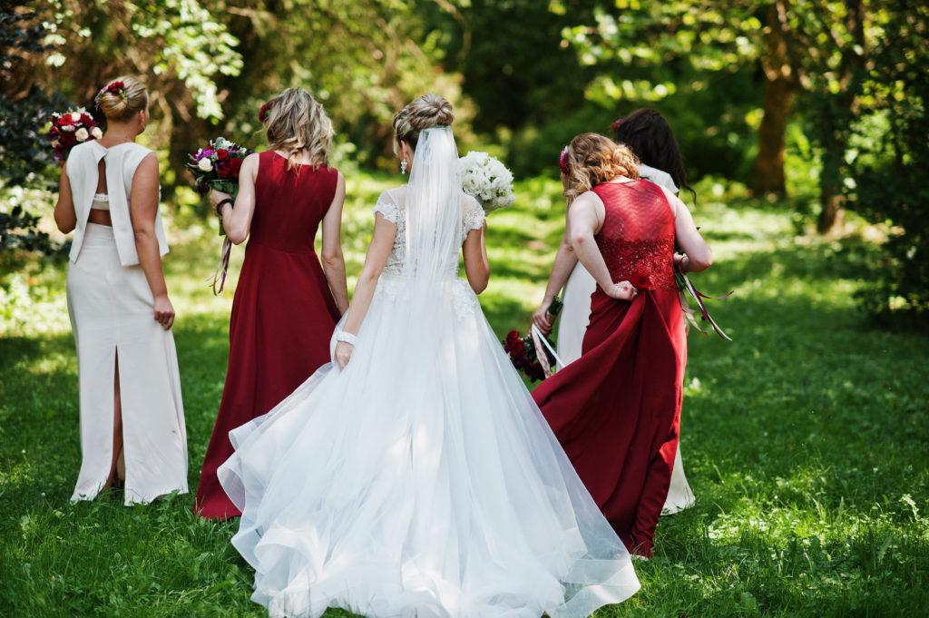 olz Garten red wedding Frühlingshochzeit austrianwedding Tulpenhochzeit gardenwedding bohowedding Steiermark Hochzeit Hochzeit Steiermark Südsteierische Hochzeit im Frühling Braut in Rot