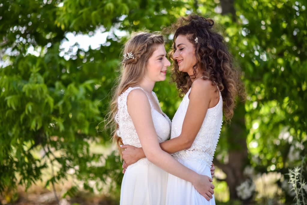 LGBT Wedding Zwei Frauen in weißen Kleidern